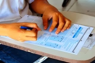 Ilustrasi seorang pelajar SMA yang sedang mengerjakan UN BLORA